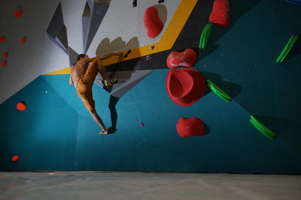 escalade de bloc dans la salle de vertical'art chevaleret à Paris