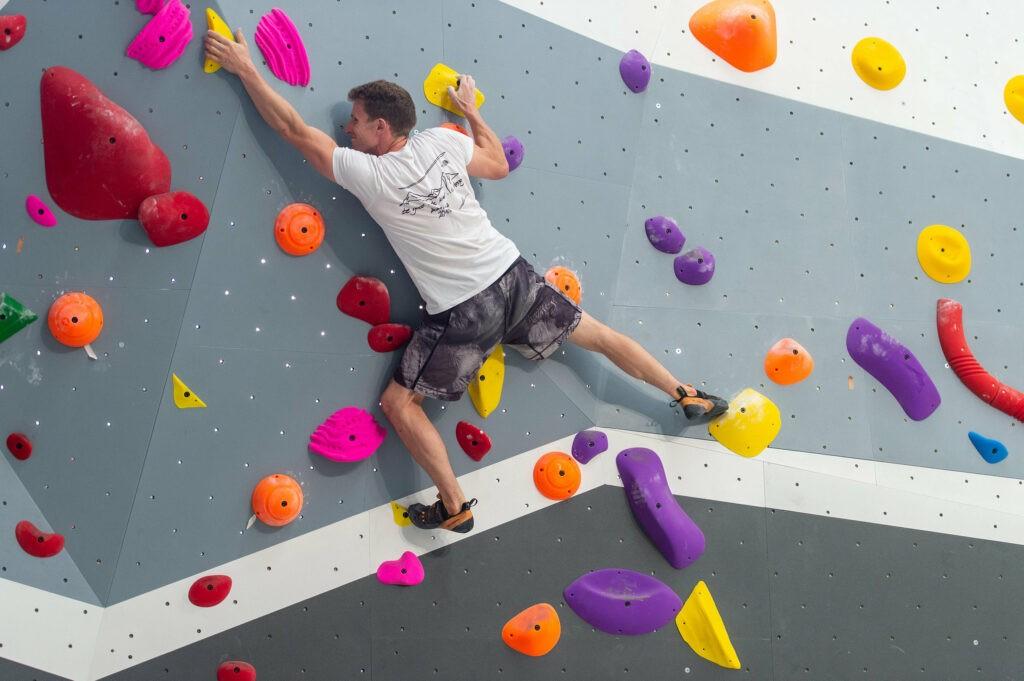 grimpeur qui fait de l'escalade de bloc à Paris